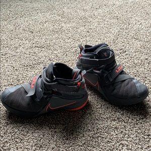 Youth Nike Lebron Soldier half tops. Grey/Salmon